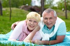 在草坪的夫妇 免版税库存照片