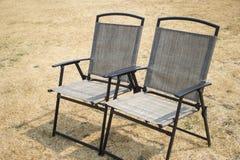 在草坪的室外折叠椅 免版税库存图片