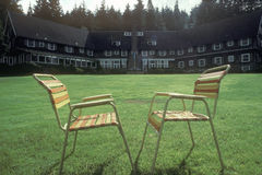 在草坪的室外椅子 免版税库存照片
