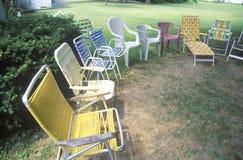在草坪的室外椅子 免版税库存图片