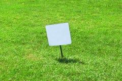 在草坪的标志 免版税库存照片