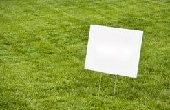 在草坪的空白的标志 免版税库存照片