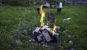 在草坪的篝火 免版税库存照片