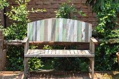 在草坪的被上漆的木庭院长凳 免版税图库摄影
