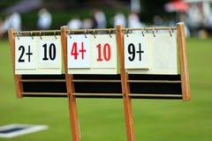 在草坪的记分牌滚保龄球比赛 库存图片