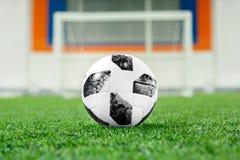 在草坪的足球在门的背景中 图库摄影