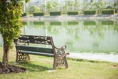 在草坪的长凳 免版税库存照片