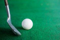 在草坪的高尔夫球 免版税库存图片