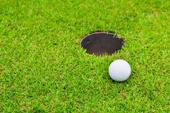 在草坪的高尔夫球 图库摄影