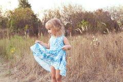 在草坪的滑稽的女孩跳舞 图库摄影