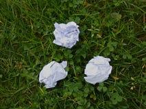 在草坪纸球的废弃物 库存图片