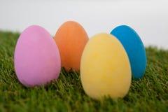 在草安排的被绘的复活节彩蛋 库存图片
