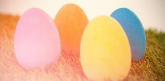 在草安排的被绘的复活节彩蛋 库存照片