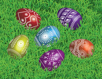 在草床上的装饰的复活节彩蛋  免版税库存照片