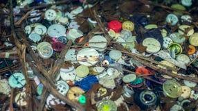 在草投掷的老被放弃的按钮 免版税库存照片
