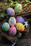 在草掩藏的被绘的复活节彩蛋,准备好复活节彩蛋狩猎传统戏剧比赛 库存图片
