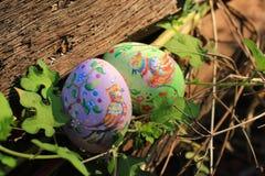 在草掩藏的被绘的复活节彩蛋,准备好复活节彩蛋狩猎传统戏剧比赛 库存照片