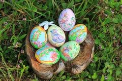 在草掩藏的被绘的复活节彩蛋,准备好复活节彩蛋狩猎传统戏剧比赛 免版税库存图片