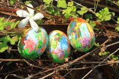 在草掩藏的被绘的复活节彩蛋,准备好复活节彩蛋狩猎传统戏剧比赛 图库摄影