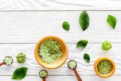 在草本化妆用品集合的腌制槽用食盐用茶橄榄在文本的白色木背景顶视图空间离开 库存图片