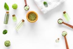 在草本化妆用品集合的腌制槽用食盐用茶橄榄在文本的白色背景顶视图空间离开 库存图片