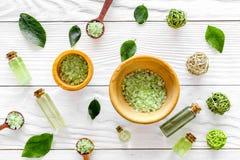 在草本化妆用品集合的腌制槽用食盐用茶橄榄在白色木背景顶视图样式离开 免版税库存图片