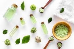 在草本化妆用品集合的腌制槽用食盐用茶橄榄在白色背景顶视图样式离开 库存照片