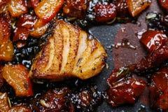 在草本的烤三文鱼在煎锅 图库摄影
