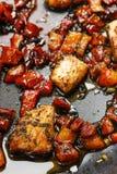 在草本的烤三文鱼在煎锅 免版税图库摄影