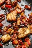 在草本的烤三文鱼在煎锅 库存图片