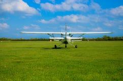在草机场的一架推进器小型飞机 免版税库存照片