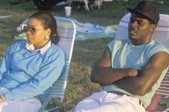 在草椅的一对非裔美国人的夫妇,洛杉矶,加州 免版税图库摄影
