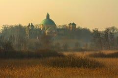 在草甸中的教会冬天早晨 免版税库存图片