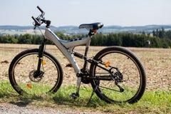 在草甸停放的自行车 免版税库存照片