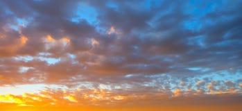 在草甸和橙色天空的美好的燃烧的日落风景在它上 惊人的夏天日出作为背景 免版税图库摄影