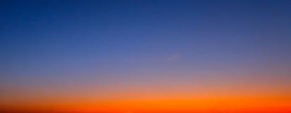 在草甸和橙色天空的美好的燃烧的日落风景在它上 惊人的夏天日出作为背景 库存照片