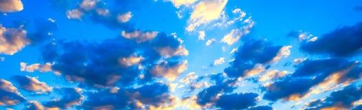 在草甸和橙色天空的美好的燃烧的日落风景在它上 惊人的夏天日出作为背景 库存图片