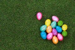 在草甸的复活节彩蛋 库存图片