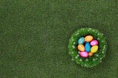 在草甸的复活节彩蛋 免版税库存照片