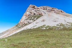 在草甸的岩石在蓝天下 免版税库存照片