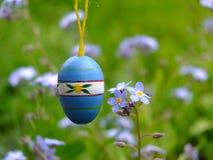 在草甸的明亮的复活节彩蛋 图库摄影