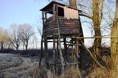 在草甸的狩猎城楼,晴朗的冬天下午 库存图片