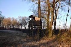在草甸的狩猎城楼,晴朗的冬天下午 免版税图库摄影