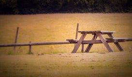 在草甸的空的长凳 免版税库存照片