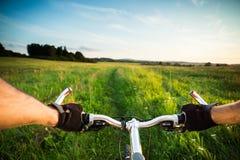 在草甸的自行车 免版税库存图片