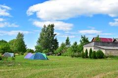 在草甸的野营的帐篷 库存图片