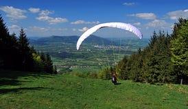 在草甸的滑翔伞在Skalka小山附近 库存图片