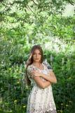 在草甸花中的美丽的女孩 库存照片