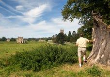 在草甸间的教会圣詹姆斯切削的Campden 免版税库存图片