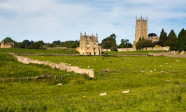 在草甸间的教会圣詹姆斯切削的Campden 图库摄影